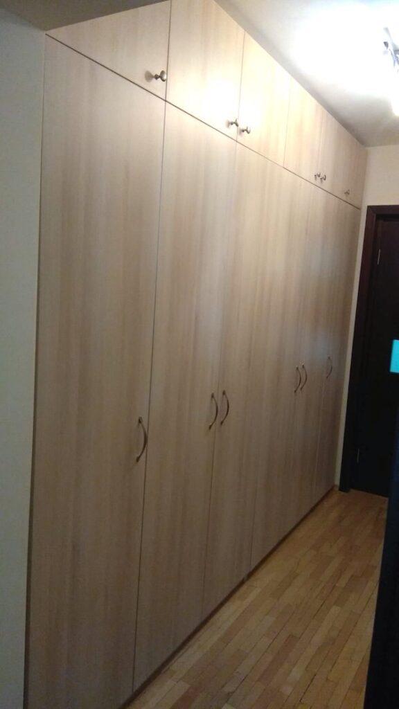 dulapuri înșiruite în hol