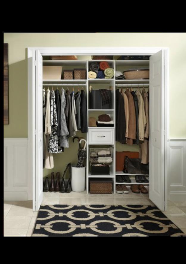 Cuier ascuns în dulap cu uși pliante